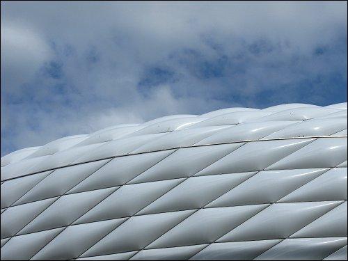 bei schneller Vorbeifahrt eingefangene Allianz-Arena im Norden Münchens