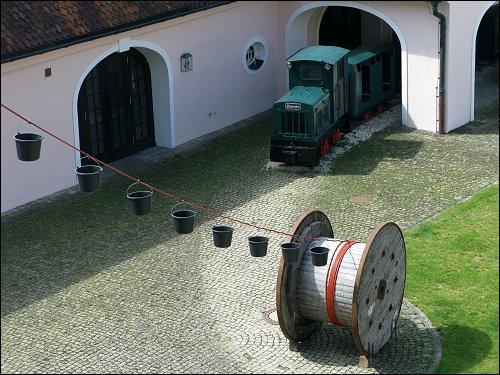 ein alter Lorenzug mit Gmeinder-Lok und eine Kunst-Installation von Herta Wimmer-Knorr