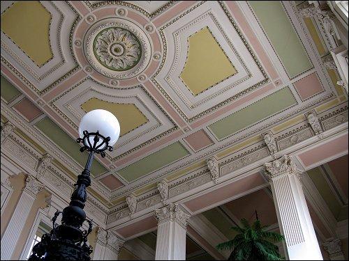 im Treppenhaus eines großen Ämter- und Instituts-Gebäudes von Domažlice