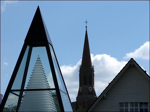 Kontrast von Kommerz gegen Kirche in Zwiesel