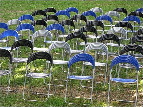 verwaiste Bühnen-Bestuhlung in einem kleinen Park an der Stadtmauer Schärdings