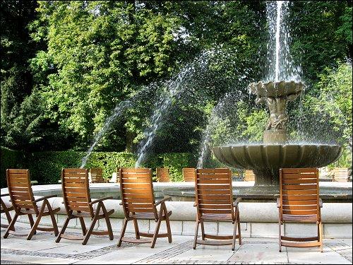 Stühle für Kurgäste am mit Salzsole betriebenen Springbrunnen