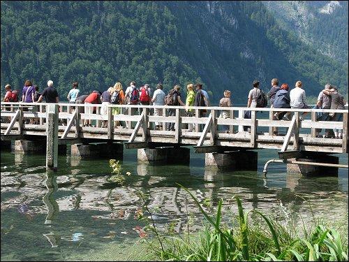 Wartende an der Bootsanlegestelle am Südzipfel des Königssees