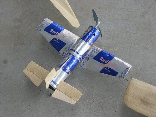 Fesselflugmodell aus 'Red Bull'-Dosen