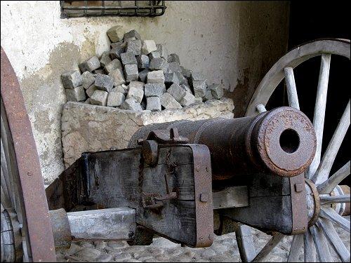 alte Kanone mit unpassender Munition