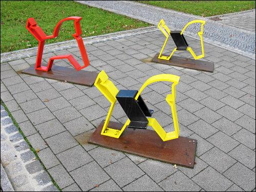 zackige Kinderspielplatz-Pferder in der Spielzeugstadt Sonneberg (Thür)