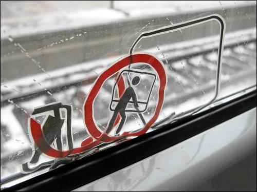 verrutschte Piktogramme am Fenster eines Regionalzuges