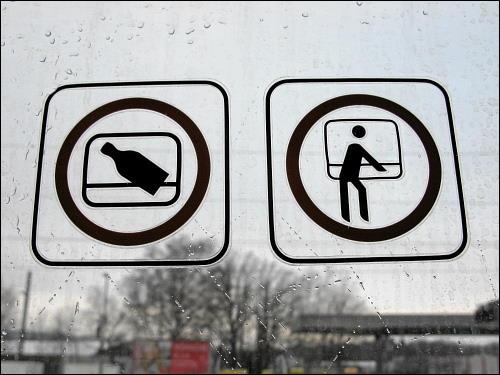 Piktogramme am Fenster eines Regionalzuges