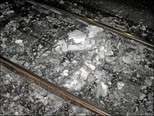 Eisschollen in einem Bahnhofsgleis