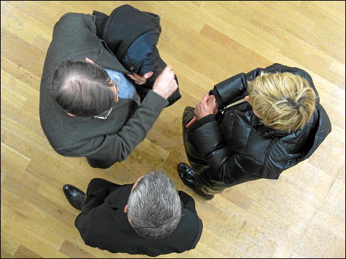 Vernissagenbesucher in der kunst galerie fürth