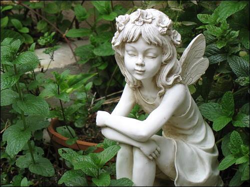 Elfe in einem Fürther Hinterhof-Garten (Originalfoto)
