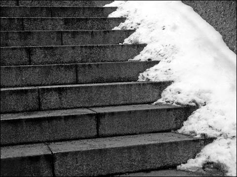 Treppe mit Schneeresten am Nürnberger Hauptbahnhof