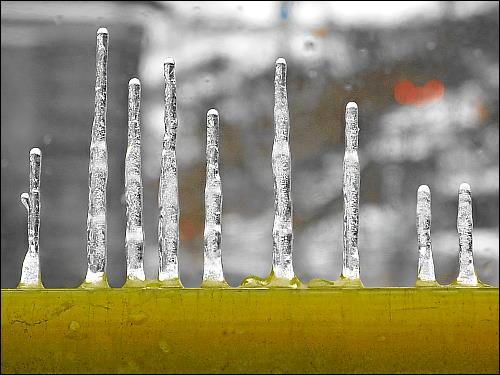 Eiszapfen vor einem Fenster der zonebattler'schen Büroetage