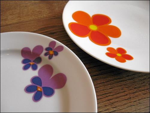 zwei sich schön ergänzende Teller mit Blümchendekor