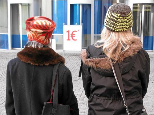 gut behütete Damen im Anmarsch auf das Neue Museum Nürnberg