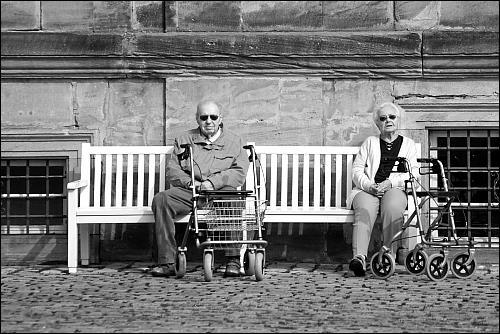 sonnenbebrillte Senioren in Wartestellung