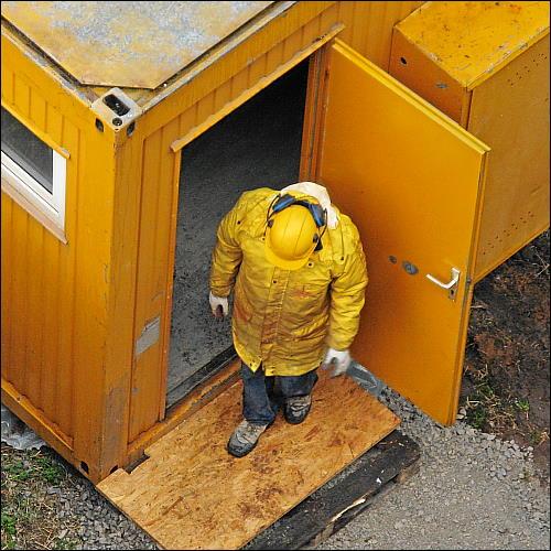 ordnungsgemäß schutzbekleideter Bauarbeiter von oben