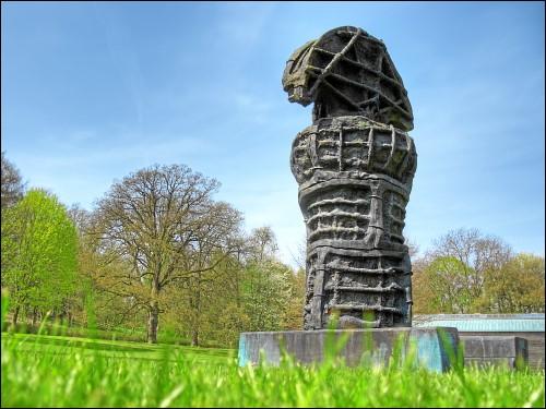 Skulptur im Garten von Schloß Derneburg