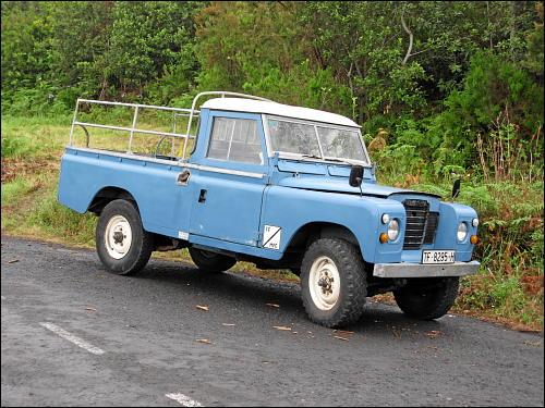 typischer Land Rover mit Pritschenaufbau