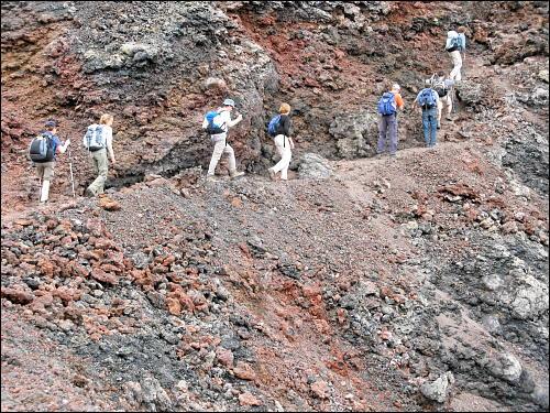 Wandergruppe an der Flanke eines Vulkankegels