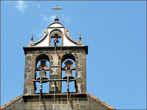 ein kleines Kirchlein mit offenliegendem heiligen Bimbam