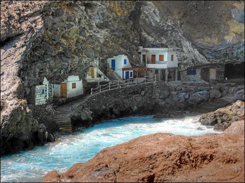 bunte Schwarzbauten Einheimischer in einer natürlichen Höhle