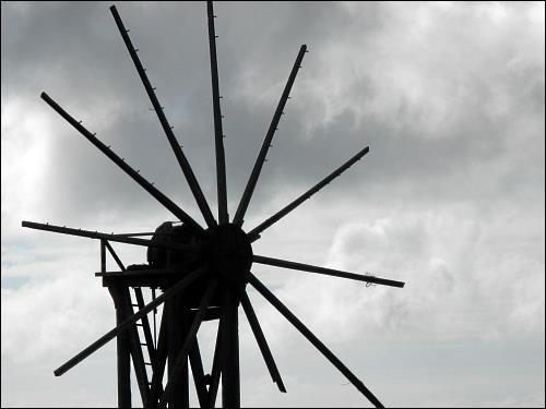alte Getreidemühle mit abgerüsteten Flügeln