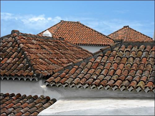 schön restaurierte Dachlandschaft eines traditionellen bäuerlichen Anwesens