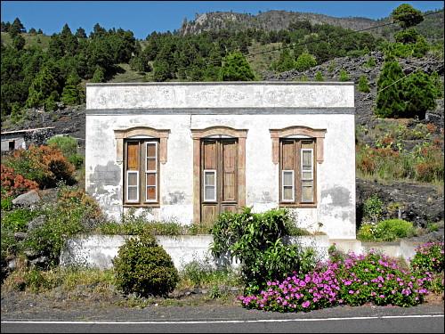 kleine Casa mit Flachdach und einwurfgefährdeten Fenstern
