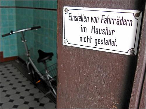 Hausflur und offenstehende Tür in der Amalienstraße