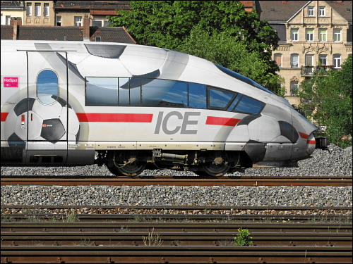 Der sportlich dekorierte ICE 3 'Montabaur' bei betriebsbedingtem Halt kurz vor Fürth (Bay) Hbf