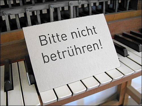 verkorkstes Verbotsschild im Luftmuseum zu Amberg