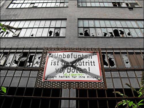 abgesperrtes Werksgebäude