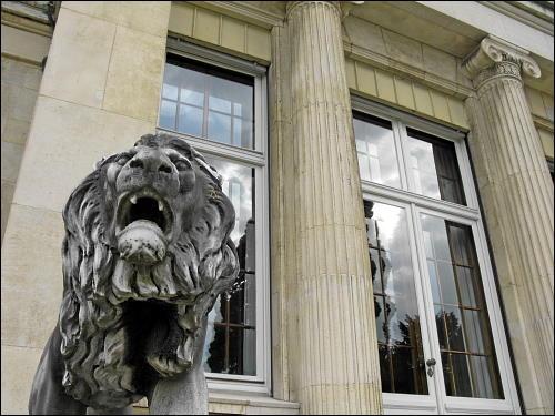 fauchender Löwe aus Stein, die Villa Hügel bewachend