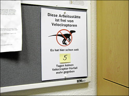 Hinweisschild velociraptorenfreie Arbeitsstätte