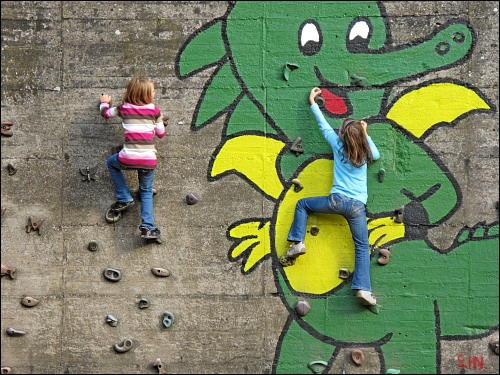 kletternde Kinder in einem ehemaligen Erzbunker