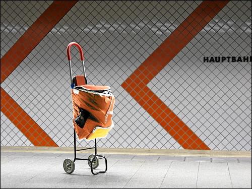 scheinbar herrenloser Handwagen in der U-Bahn-Station Nürnberg Hauptbahnhof