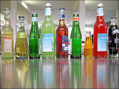 Spirituosen-Flaschen auf der Tischfläche einer ambulanten Ausstellungs-Bar