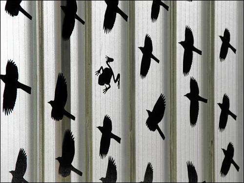 von Schelmenhand ergänzte Vogelschutz-Aufkleber in der U-Bahn-Station Nürnberg-Muggenhof