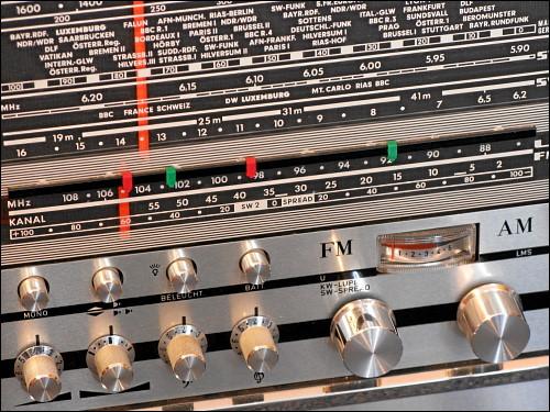 Frontseite eines Grundig Stereo-Concert-Boy 210 / Transistor 4000a Kofferradios