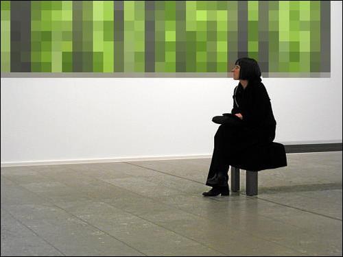 Museumsbesucherin, sinnierend am visuellen Waldesrande sitzend
