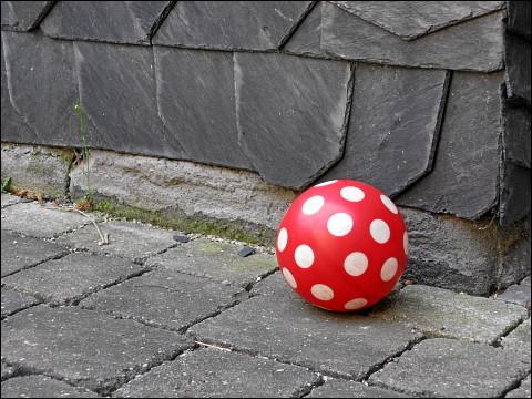 tödlicher Fliegenpilz, einen harmlosen Spielzeug-Ball mimend