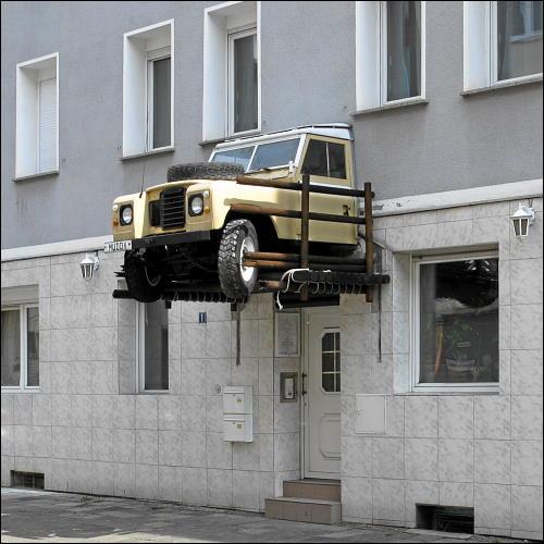 ungewöhnliches Vordach an einem Hotel in der Nürnberger Südstadt