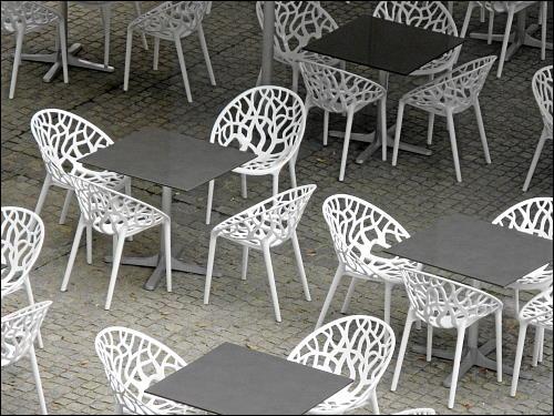 verwaiste Restaurant-Bestuhlung auf dem Nürnberger Klarissenplatz