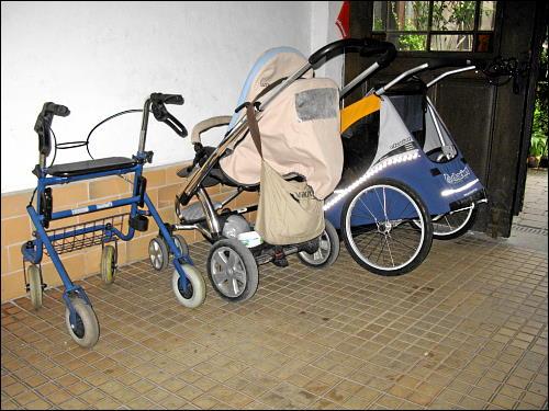 Fahrzeuge für alle Altersgruppen in einer Hausdurchfahrt der Fürther Rosenstraße