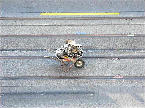 Reste temporärer Fahrbahn-Markierungsstreifen am Nürnberger Hauptbahnhof