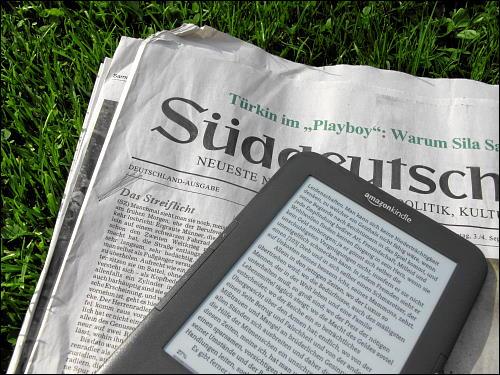 Kindle und Zeitung im direkten Vergleich