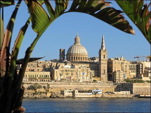 Blick auf Valletta mit der Kuppel der Karmeliterkirche und dem Turm der St. Paul's Pro-Cathedral