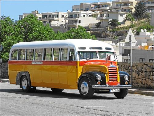 traditioneller Bus auf Nostalgie-Trip