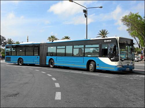 Ein Gelenk-Bus (Mercedes-Benz Citaro) am zentralen Busbahnhof von Valletta